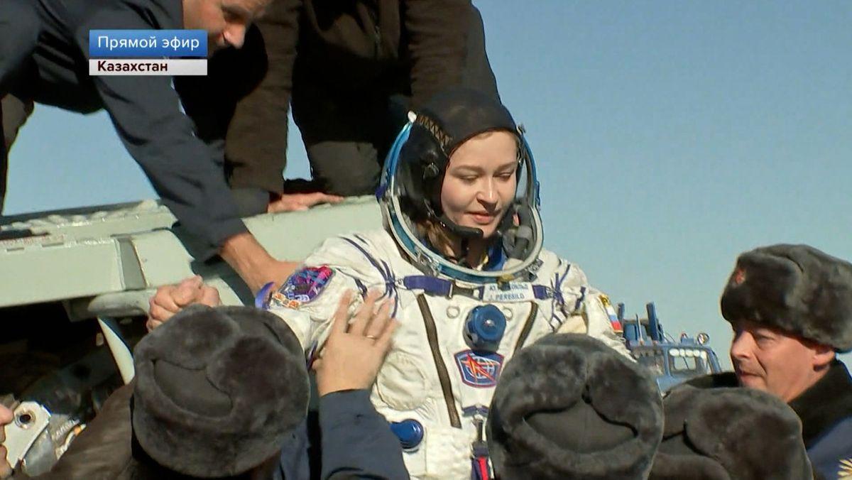 Nach zwölf Tagen Dreharbeiten im All sind die Schauspielerin Julia Peressild und der Regisseur Klim Schipenko wieder zurück auf der Erde.