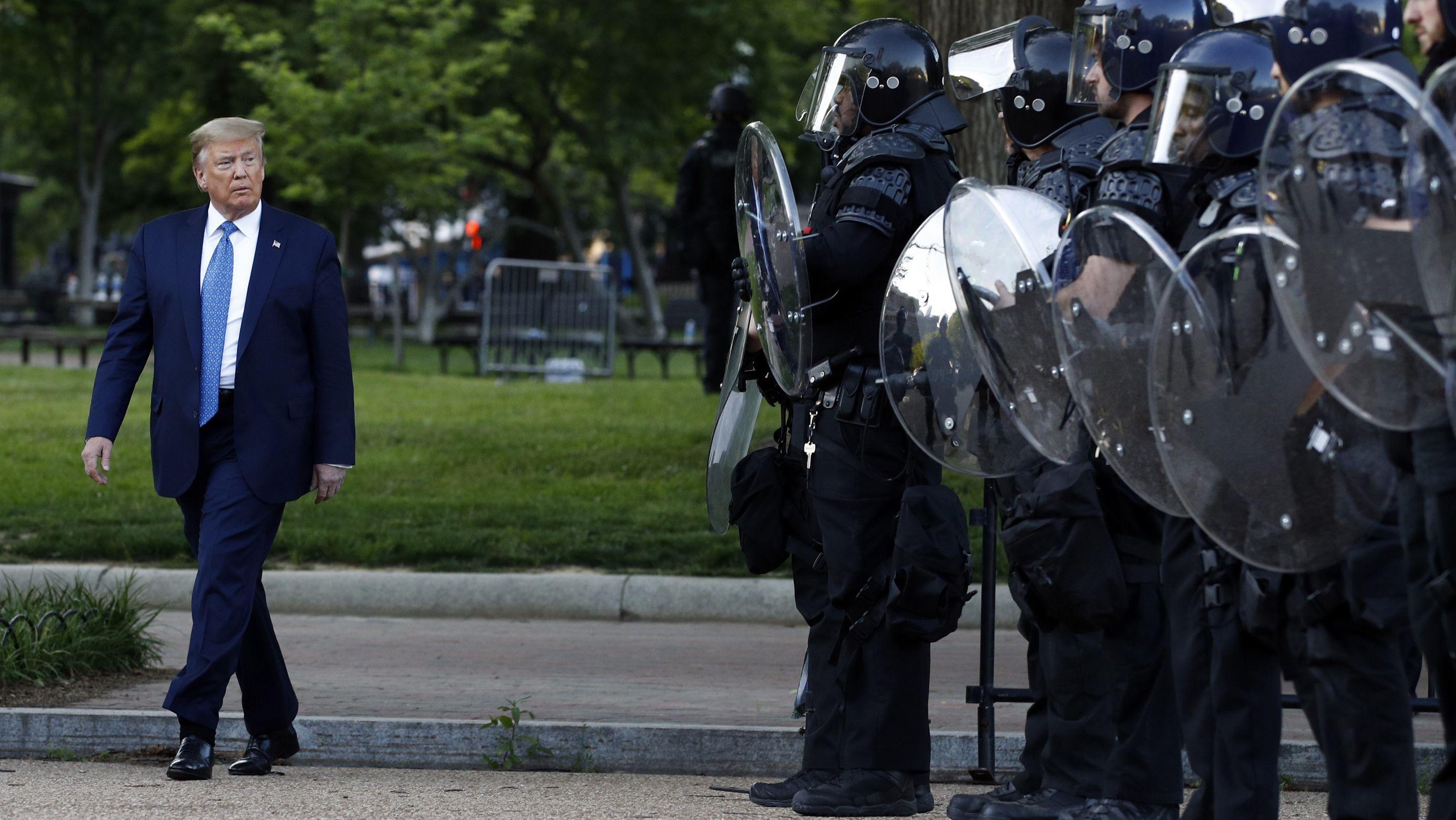US-Präsident Donald Trump geht im Lafayette Park in Washington an Polizisten vorbei (1.6.20).