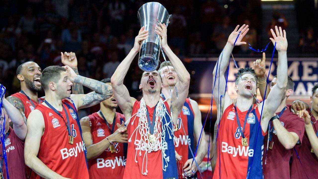 Die Basketballer des FC Bayern München feiern die Deutsche Meisterschaft.