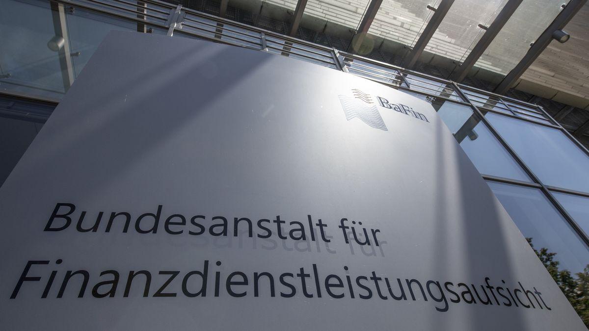 """Schriftzug """"Bundesanstalt für Finanzdienstleistungsaufsicht"""" am Eingang der Bafin in Frankfurt"""