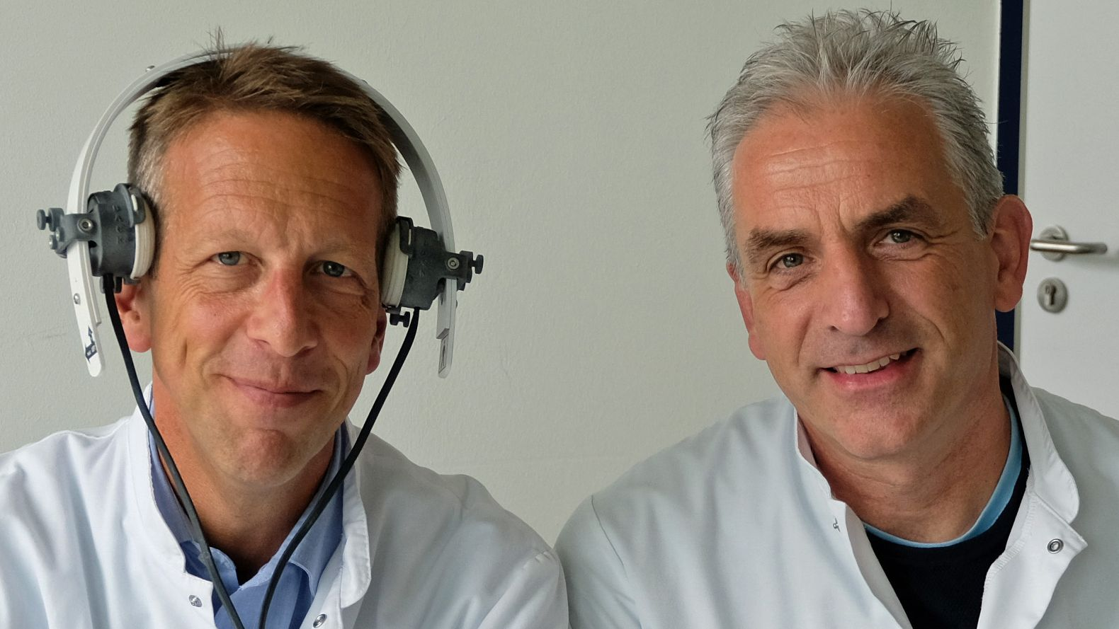 Thilo Hölscher (re.) und Felix Schlachetzki. Er trägt das kopfhörerähnliche Ultraschallgerät, das die Durchblutung der Hirnhälften misst.