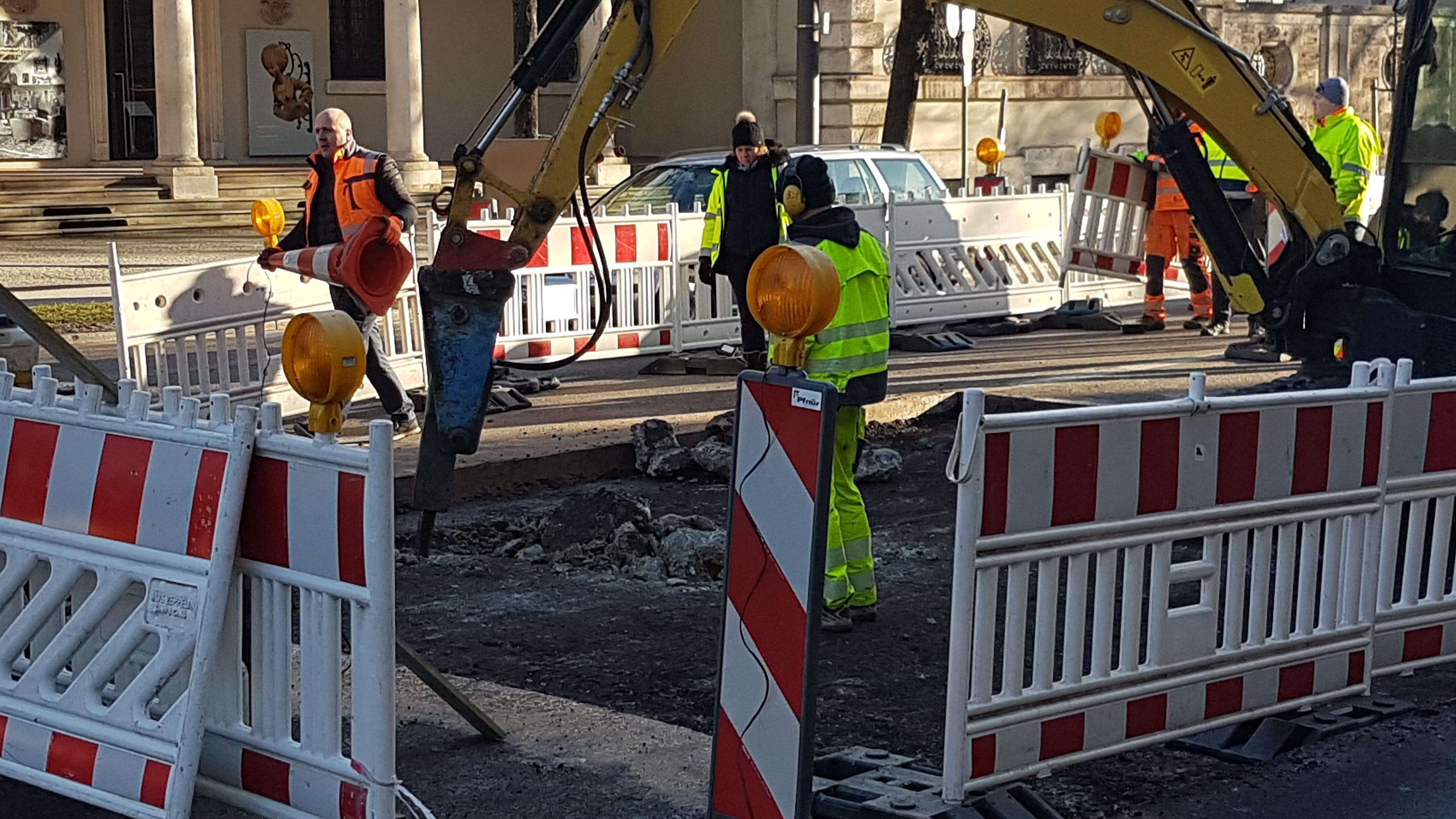 Arbeiter der Stadt legen die unterspülte Stelle der Prinzregentenstraße frei.