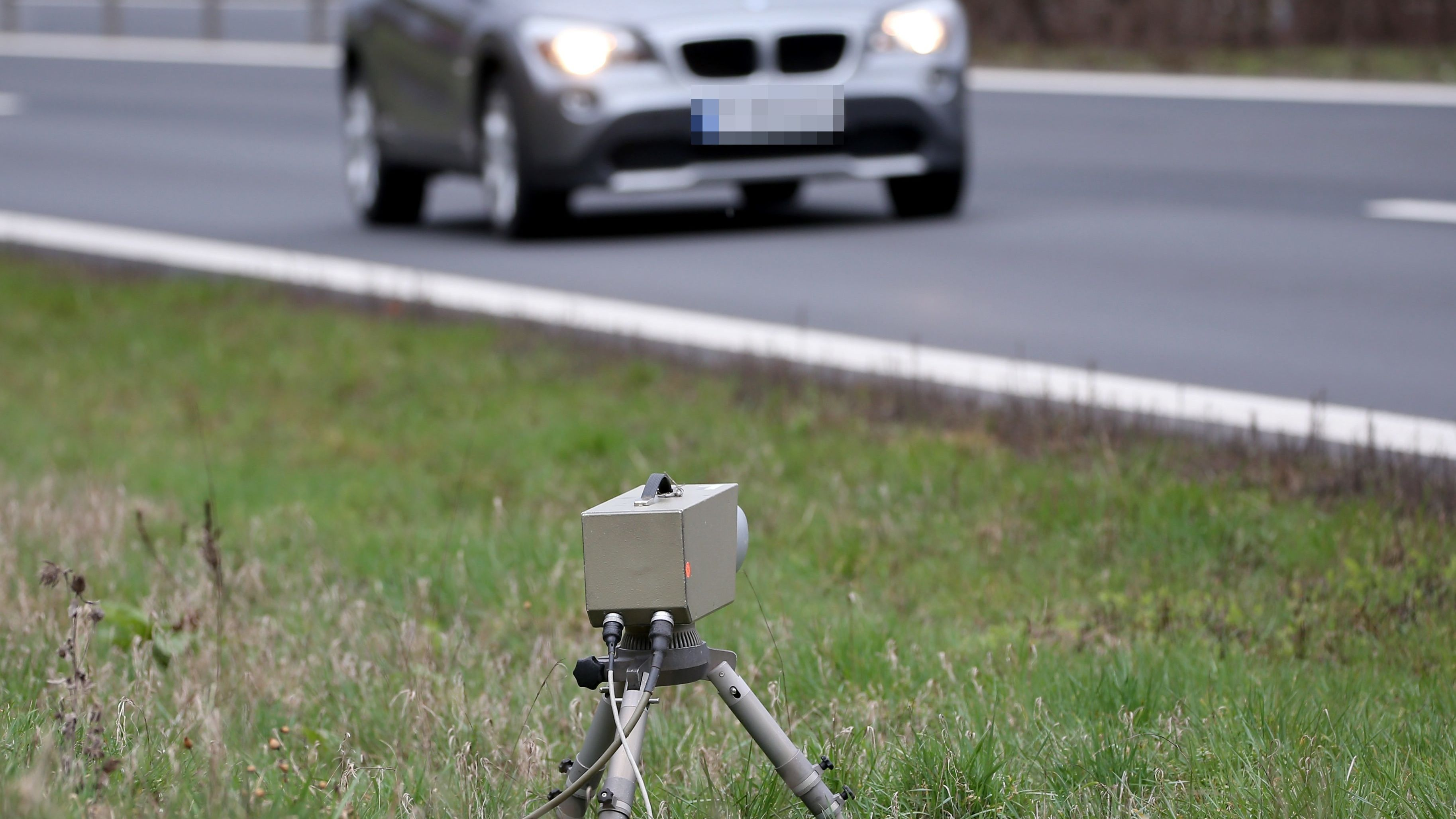 Radarfalle am Straßenrand (Symbolbild)