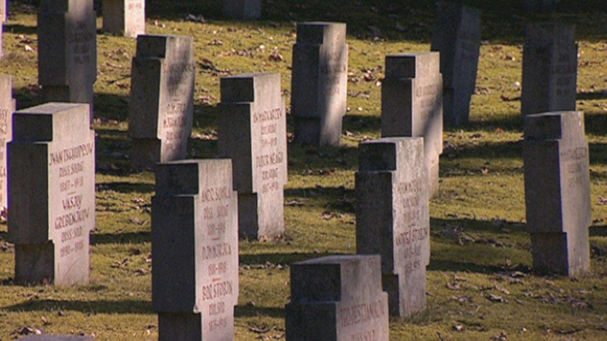 Kriegsgräber auf einem Friedhof in Bayern.