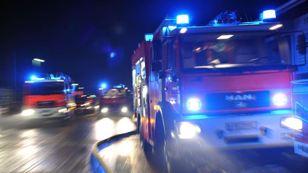 Feuerwehr mit Blaulicht (Symbolbild)