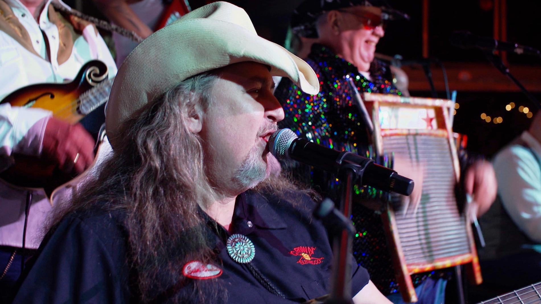 Bruno Theil auf der Bühne mit seiner Band Rattlesnake Torpedos