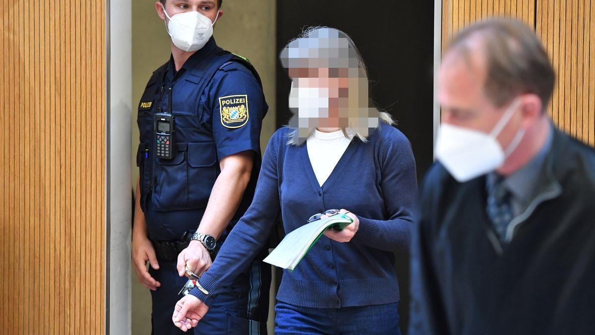 Die Angeklagte Susanne G. wird von einem Justizbeamten in den Sitzungssaal geführt.