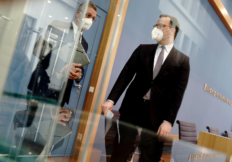 09.04.2021, Berlin: Jens Spahn (r, CDU), Bundesminister für Gesundheit, und Lothar H. Wieler, Präsident des Robert-Koch-Instituts (RKI), verlassen den Raum nach einer Pressekonferenz zur aktuellen Corona-Lage.