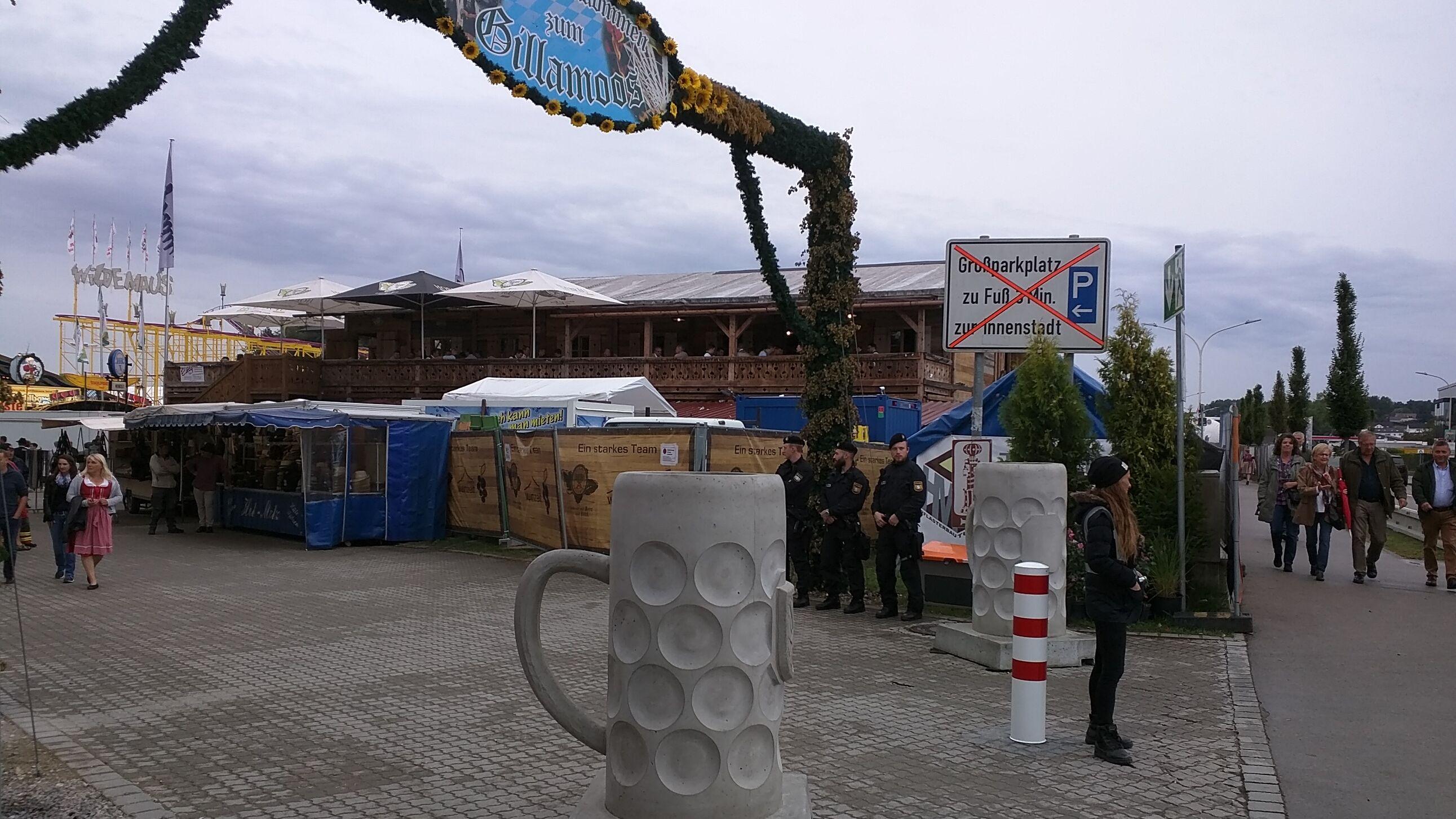 Eingang Gillamoos mit Betonpollern in Form von Maßkrügen