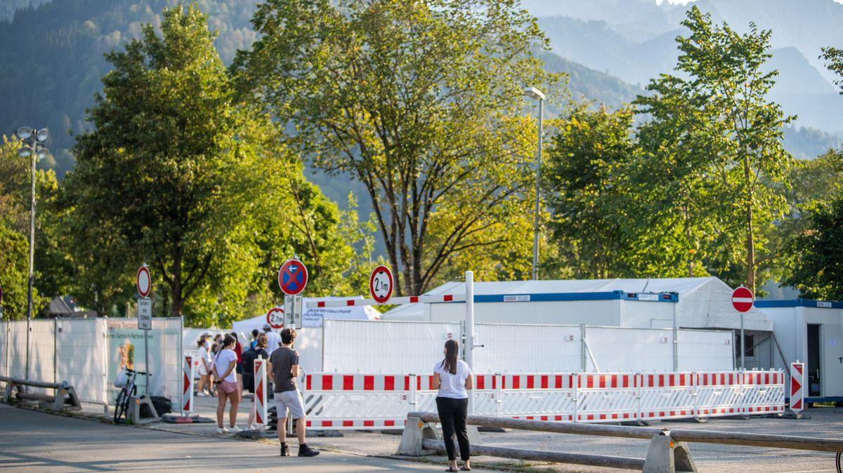 Garmisch-Partenkirchen: Personen steht in einer langen Schlange vor dem Corona Testzentrum der Stadt.