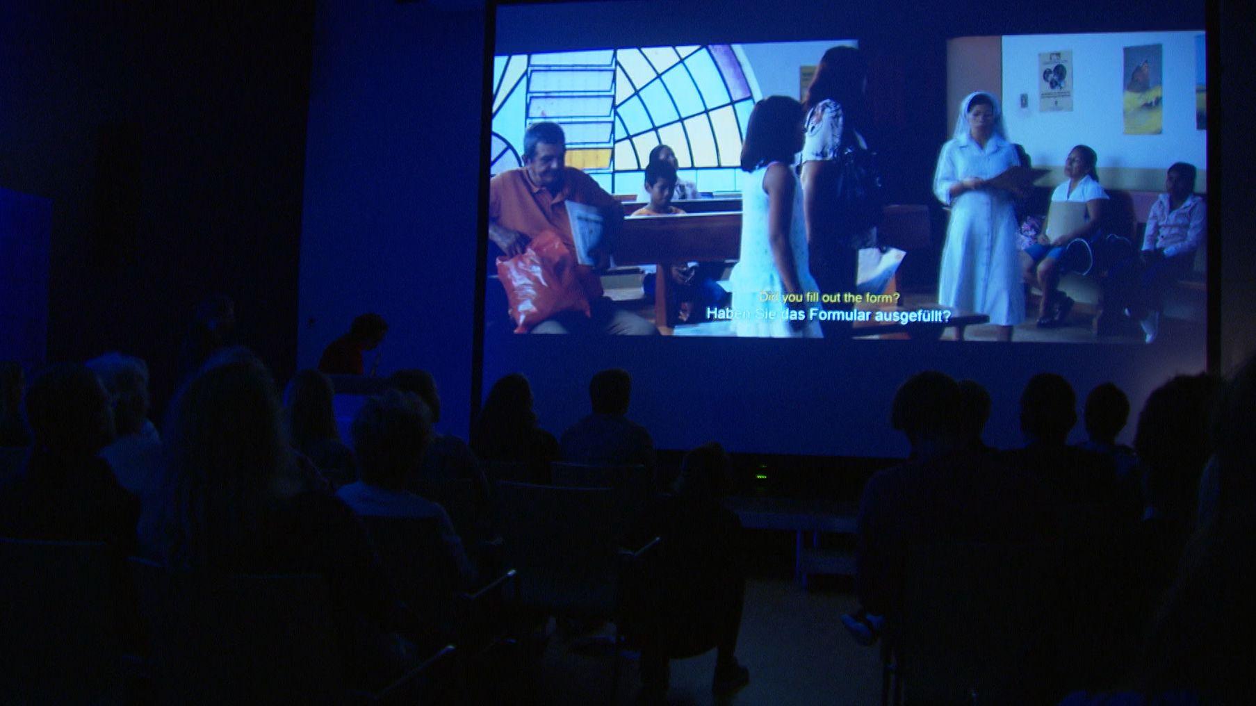 """Filmszenen aus """"The Silence"""" werden während der Preisverleihung beim Nürnberger Menschenrechtsfilmfestival gezeigt."""