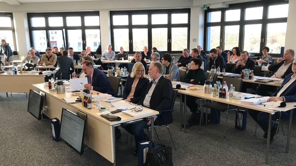 Mitglieder der Handwerkskammer Oberfranken sitzen an Tischen und beraten.