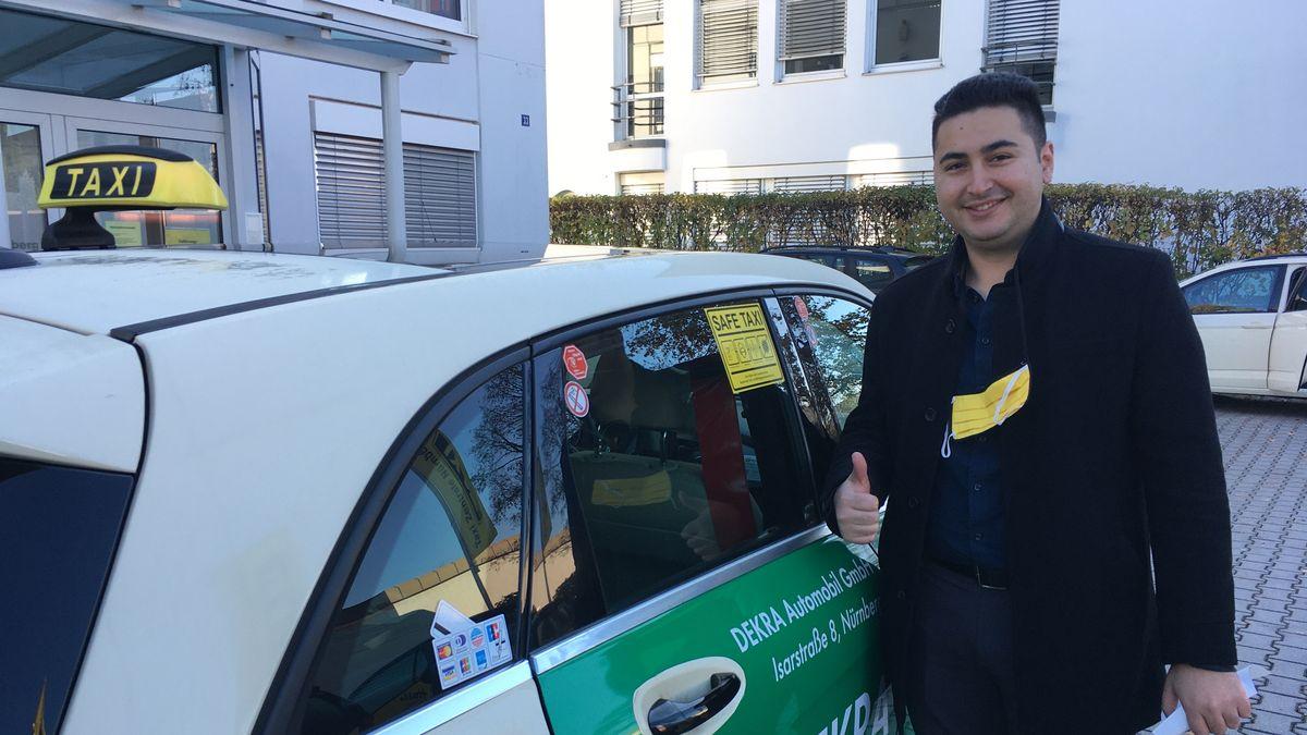 Der Nürnberger Taxler Sinal Ünlühan steht vor seinem Taxi