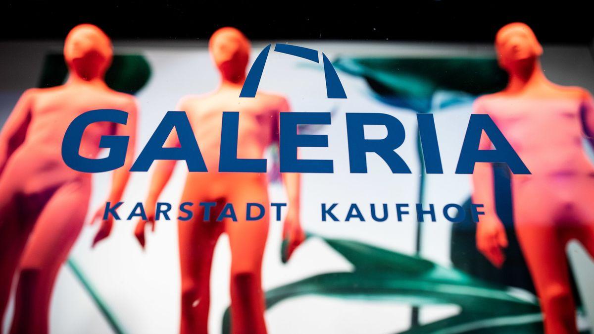 """in Aufkleber mit demSchriftzug """"Galeria Karstadt Kaufhof"""" klebt auf einer Schaufensterscheibe."""