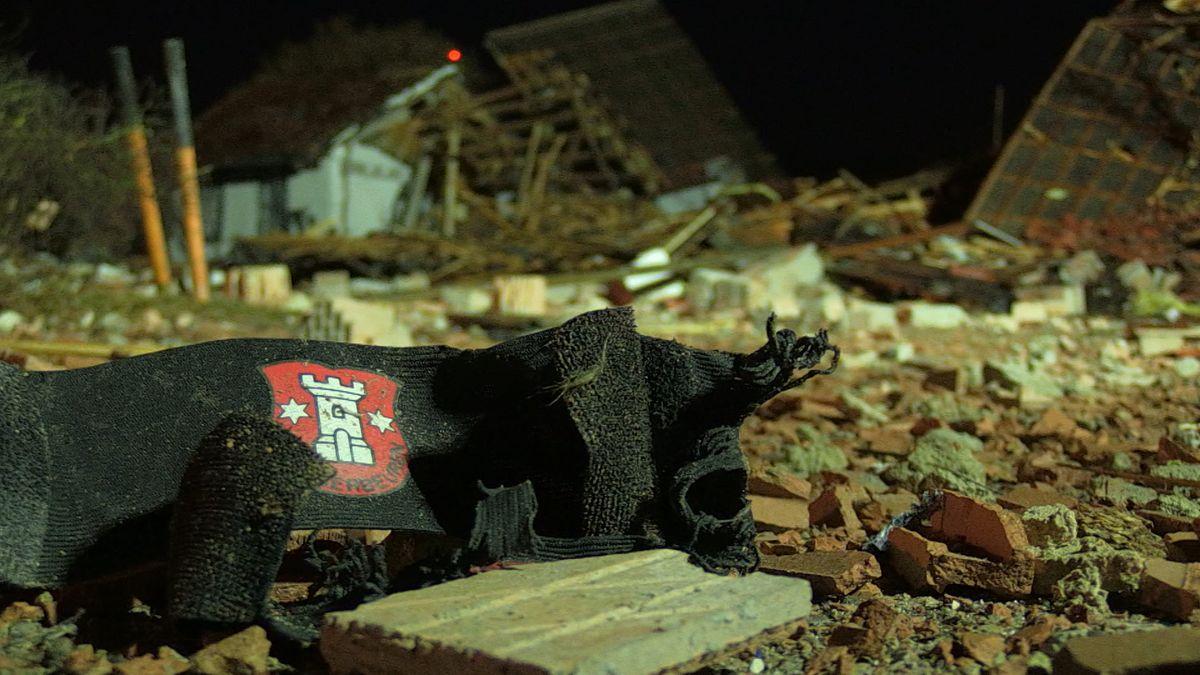 Ein Vereinsschal liegt zwischen den Trümmern des Vereinsheims