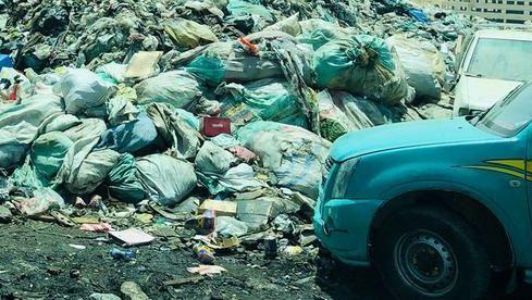 Auto vor Müllkippe in Kairo.