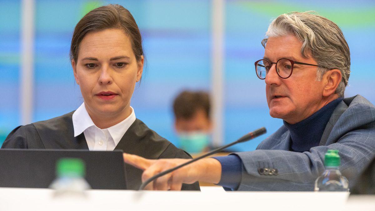 Rupert Stadler, ehemaliger Vorstandsvorsitzender der Audi AG, sitzt im Sitzungssaal des Landgerichts München neben seiner Rechtsanwältin Ulrike Thole-Groll.