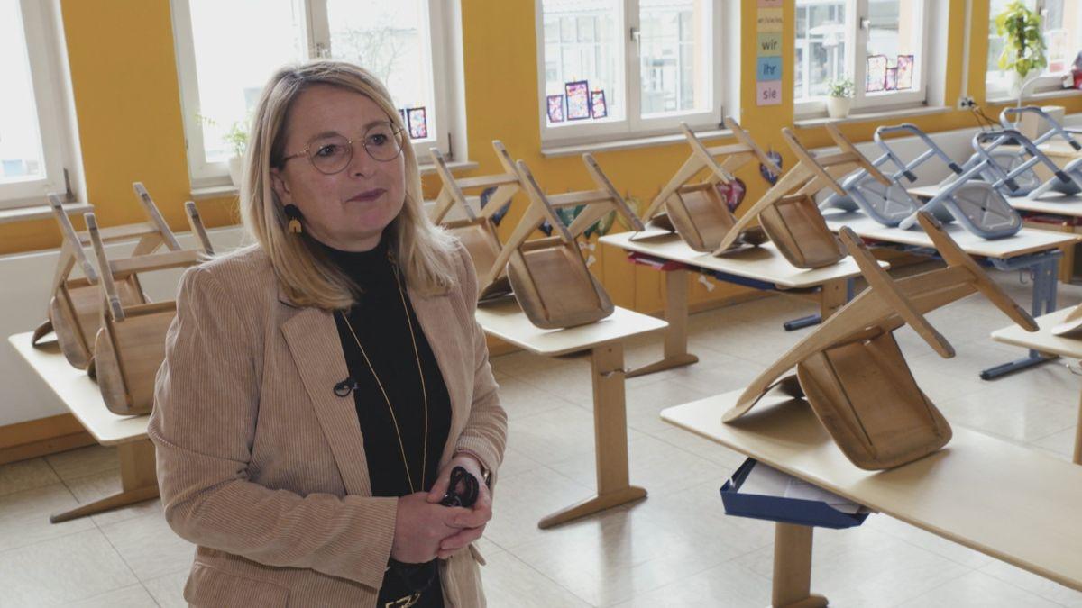 Grundschulleiterin Evi Wenig in leerem Klassenzimmer - aufgrund der Corona-Lage stellten alle Schulen auf Distanzunterricht um.