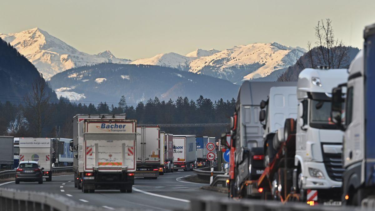 Grenzpolizisten kontrollieren Lkw an der österreichisch-bayerischen Grenze