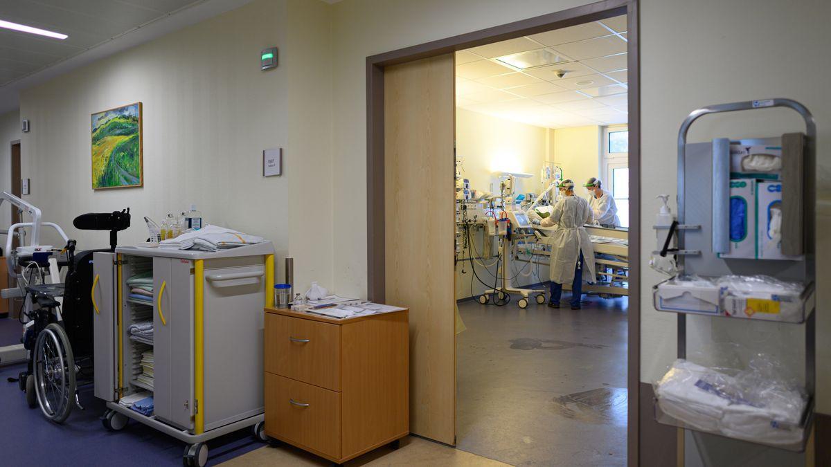 Intensivpflegerinnen sind in Schutzkleidungen auf der Covid-19 Intensivstation mit der Versorgung von Corona-Patienten beschäftigt.