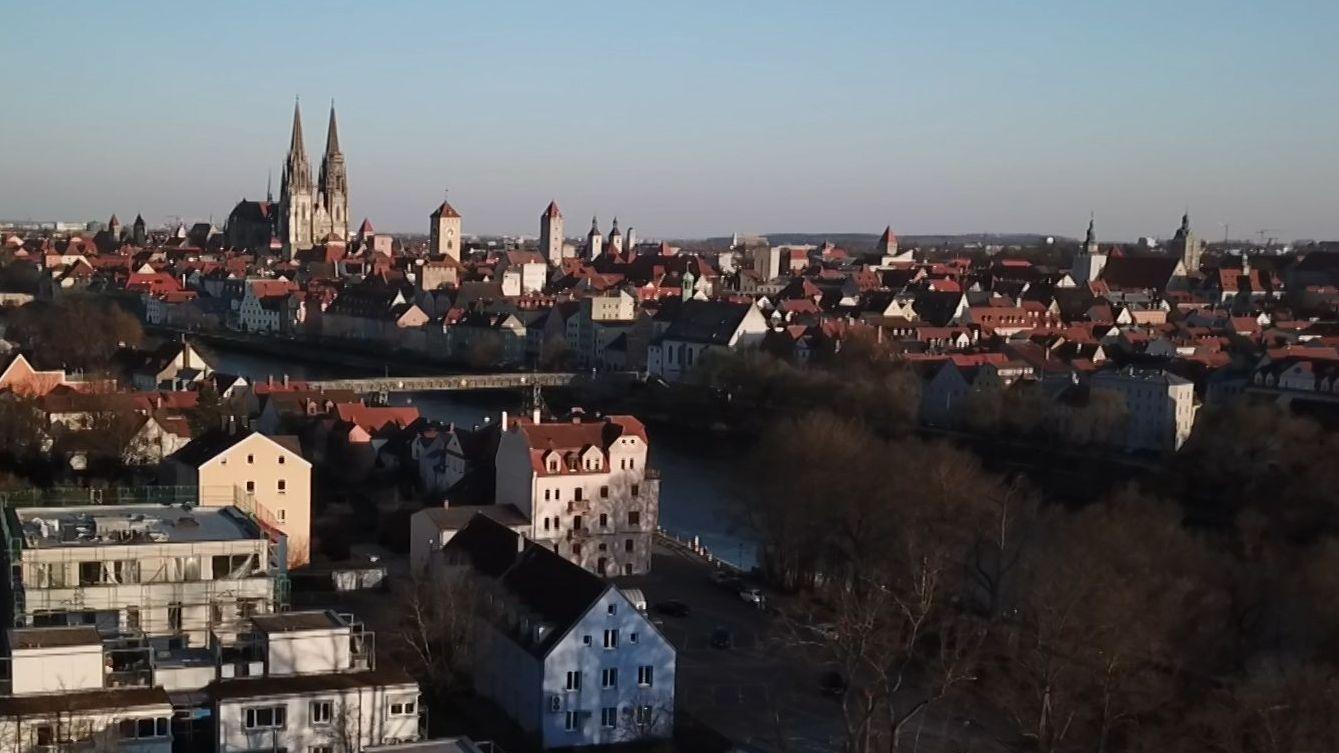 Ausgangsbeschränkungen in Regensburg: Die Industrie verbraucht weniger Energie, der Datenverkehr nimmt zu, es passieren weniger Unfälle.