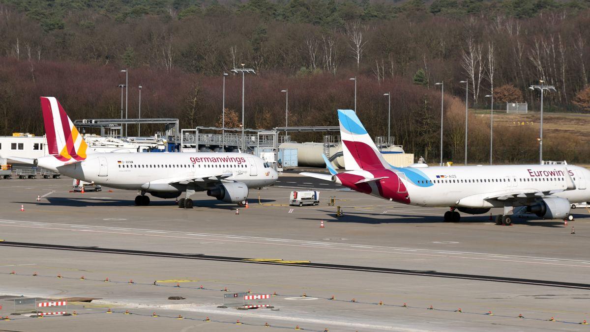 Ein Airbus A319 der Germanwings und ein Airbus A320 der deutschen Fluggesellschaft Eurowings stehen 2020 auf dem Flughafens Köln Bonn.
