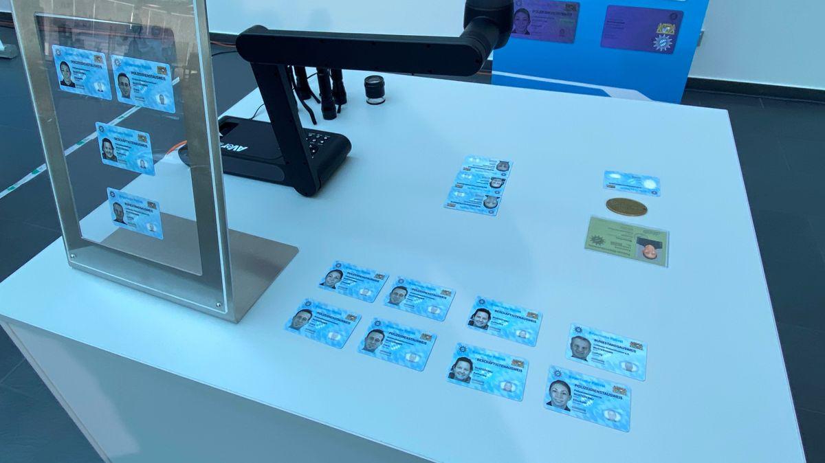 Die neuen Dienstausweise der Polizei in Bayern liegen auf einem Tisch.
