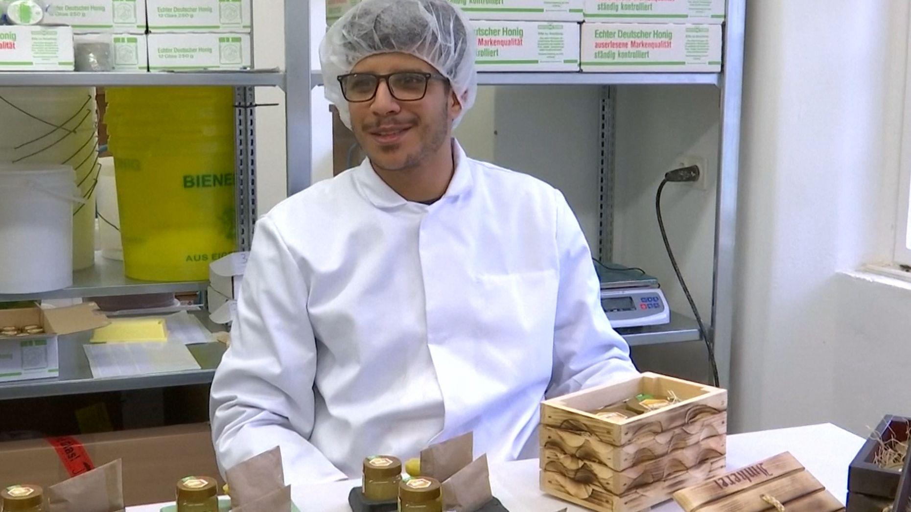 Häftling Mohamed nimmt in der JVA Remscheid am Bienen-Projekt teil