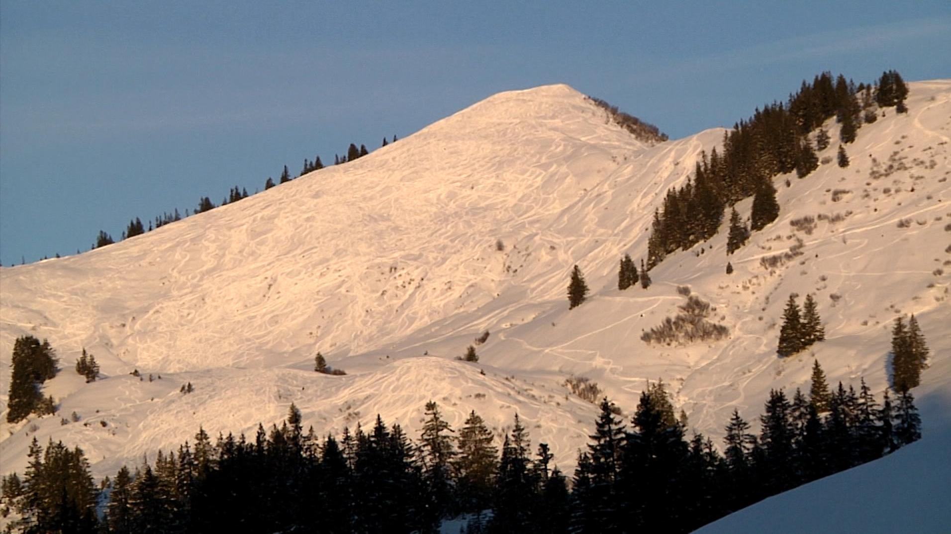 Das schneebedeckte Riedberger Horn bei Sonnenschein