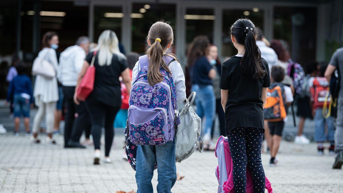 Zwei Mädchen auf dem Schulhof am ersten Tag nach den Ferien