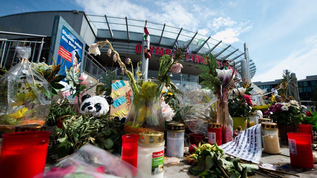 Blumen und Kerzen vor dem Olympia Einkaufszentrum in München: Am 22. Juli 2016 hatte ein 18-Jähriger neun Menschen bei einem Amoklauf getötet.