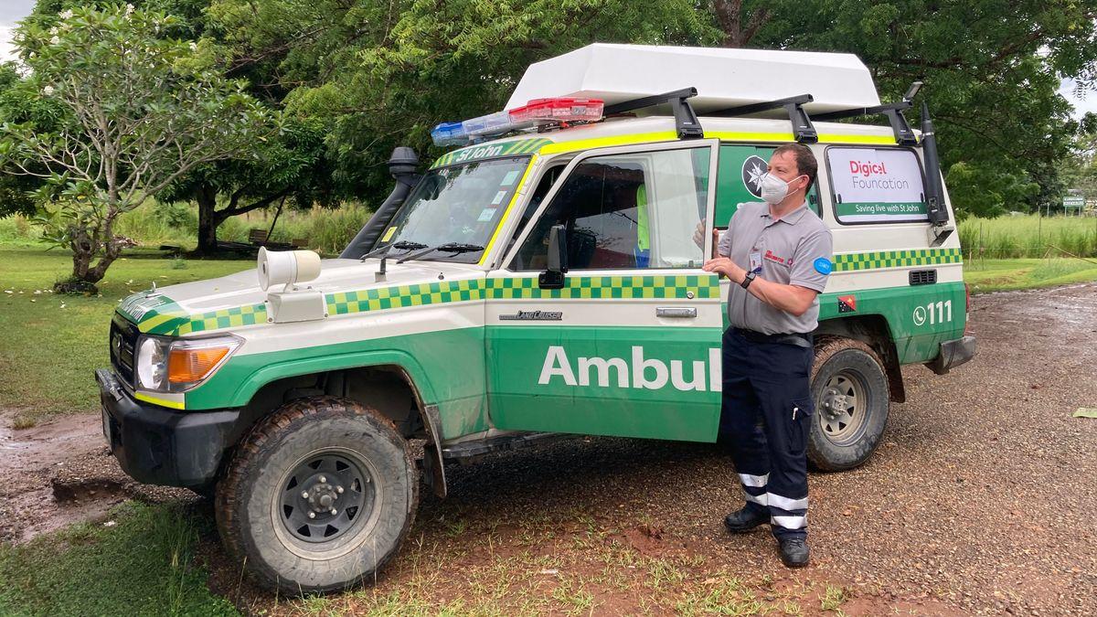 Manfred Emmerling vor einem geländegängigen Krankenwagen in Papua-Neuguinea