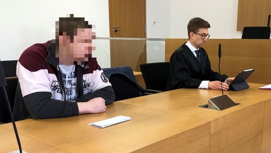 Im Landgericht Deggendorf: Der Angeklagte sitzt neben seinem Anwalt