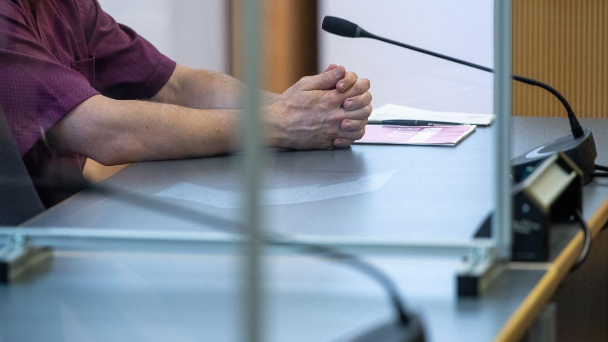 Die Hände des Angeklagten im Prozess um die mutmaßliche Ermordung von Maria Baumer.
