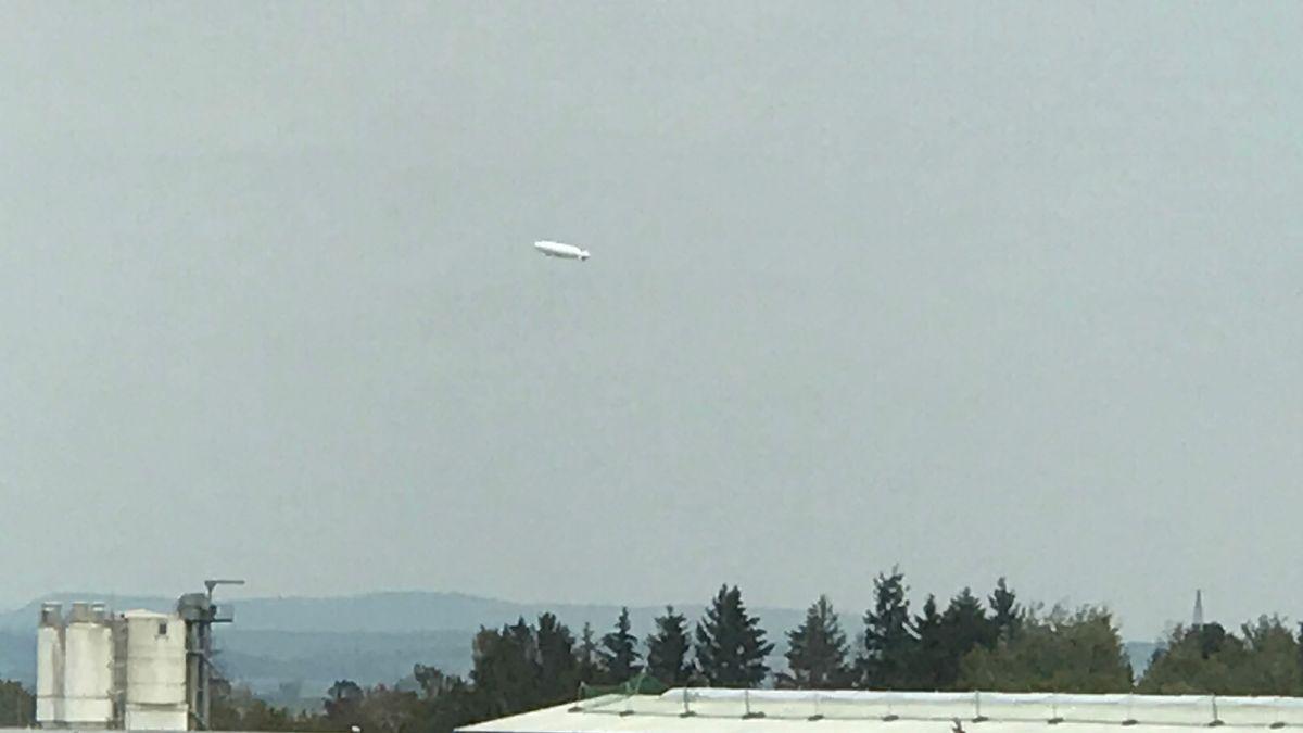 Luftschiff fliegt am Himmel