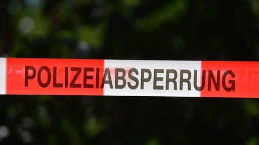 Polizeiabsperrung. Auf einem Grundstück wurde eine verweste Leiche gefunden.