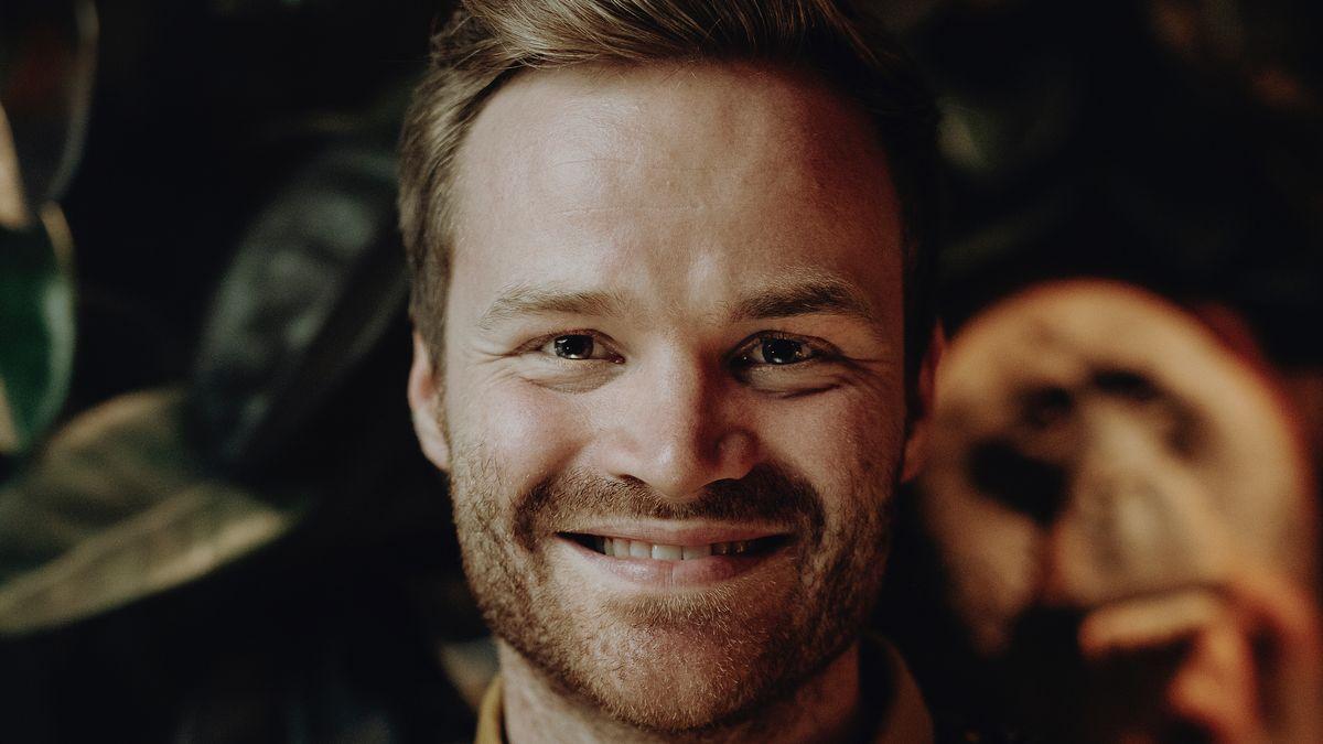 Lukas Maier, Komponist und Student der Musikhochschule München, strahlt in die Kamera.