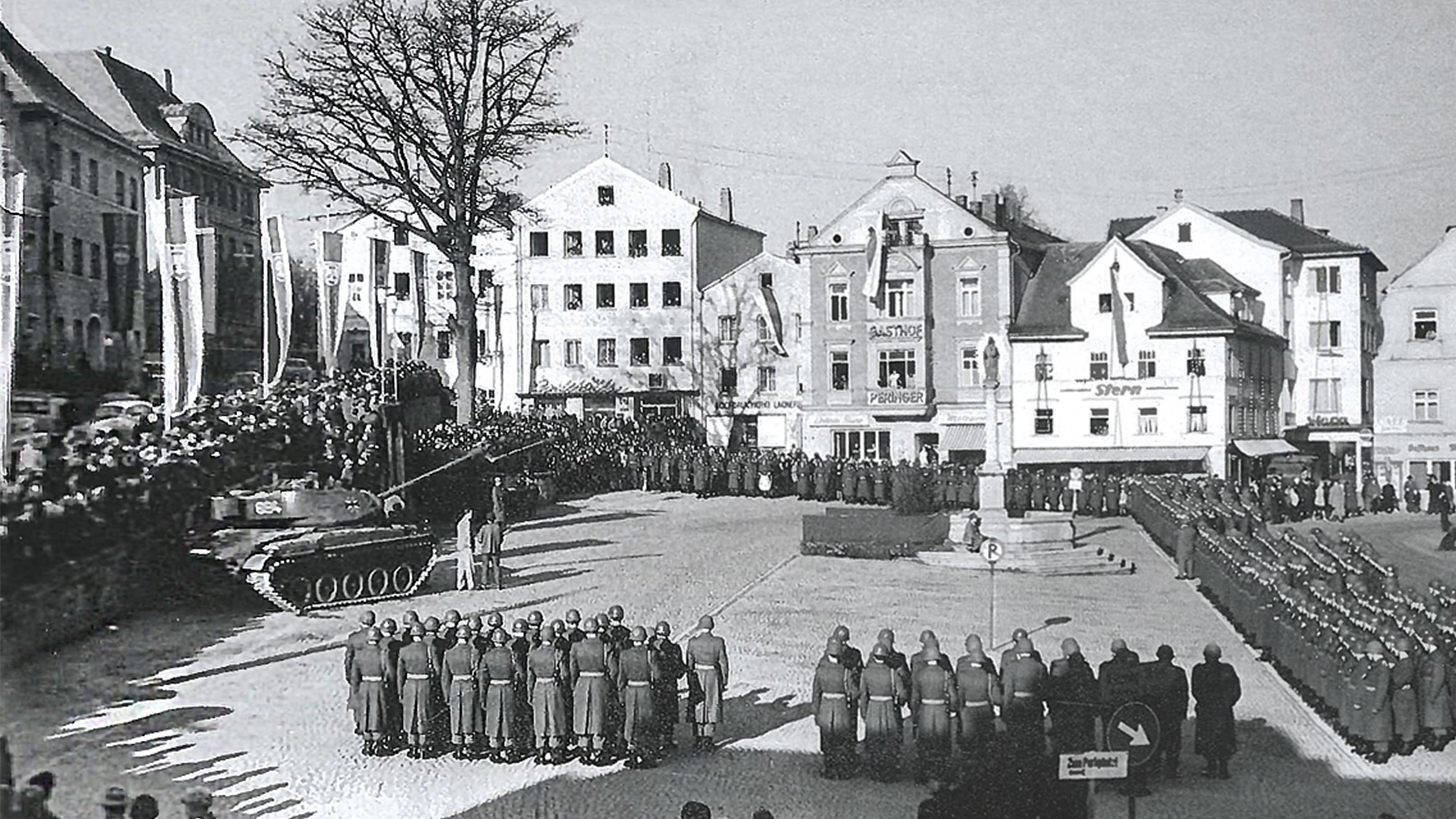 22. November 1960, als die ersten Schützenpanzer des Panzergrenadierbataillons 112 in Regen über die Ludwigsbrücke eingefahren sind