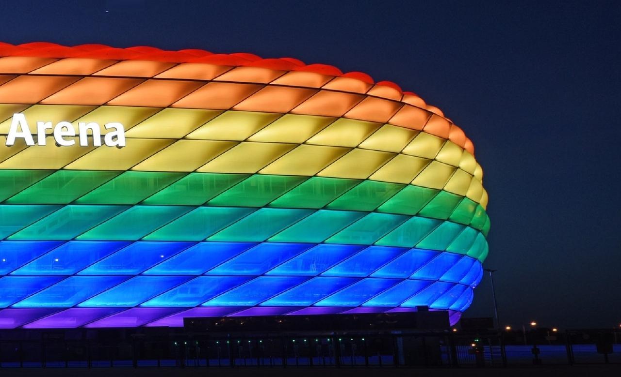 Arena in München in Regenbogenfarben