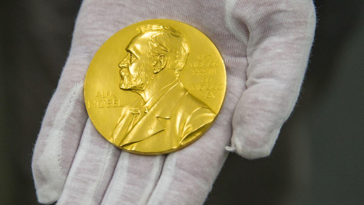 Die Nobelpreis-Medaille des Physikers Ferdinand Braun liegt in der Handfläche mit weißem Stoffhandschuh