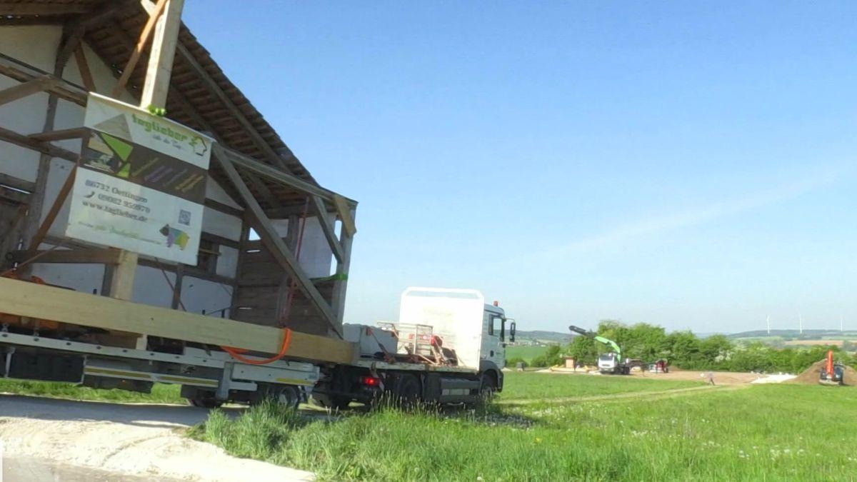 Schwertransport: Römerhaus wieder im Ruffenhofener Römerpark
