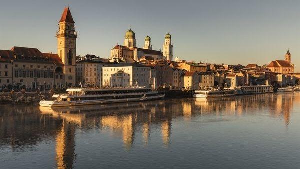 Die Donau und die Altstadt von Passau im Morgenlicht.