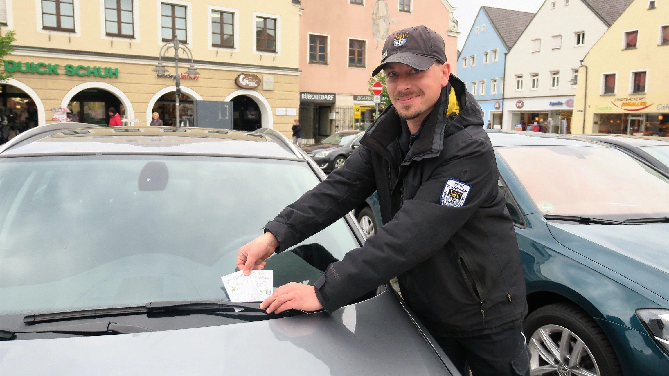 """Derzeit bekommt jeder Richtigparker die """"Blumigen Grüße"""" aus Schwandorf."""