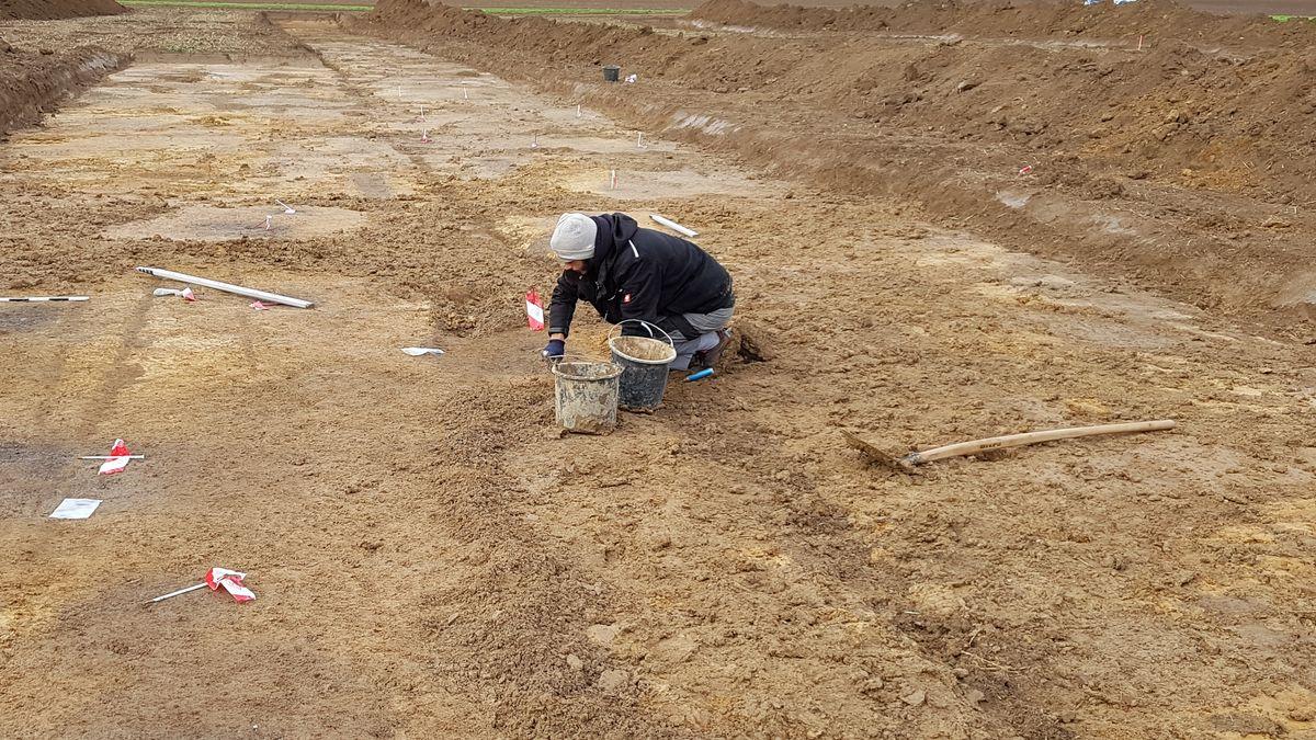 Archäologen markieren Befunde