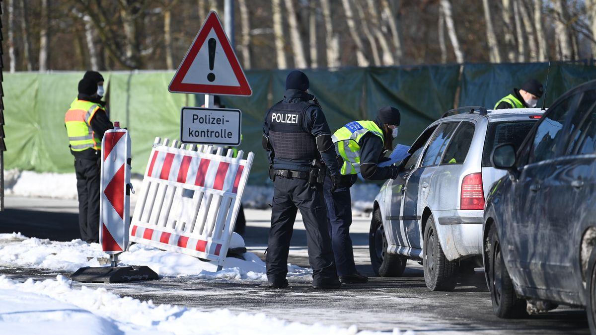 Bundespolizei kontrolliert an der tschechisch-deutschen Grenze Einreisende am Grenzübergang Schirnding im Landkreis Wunsiedel