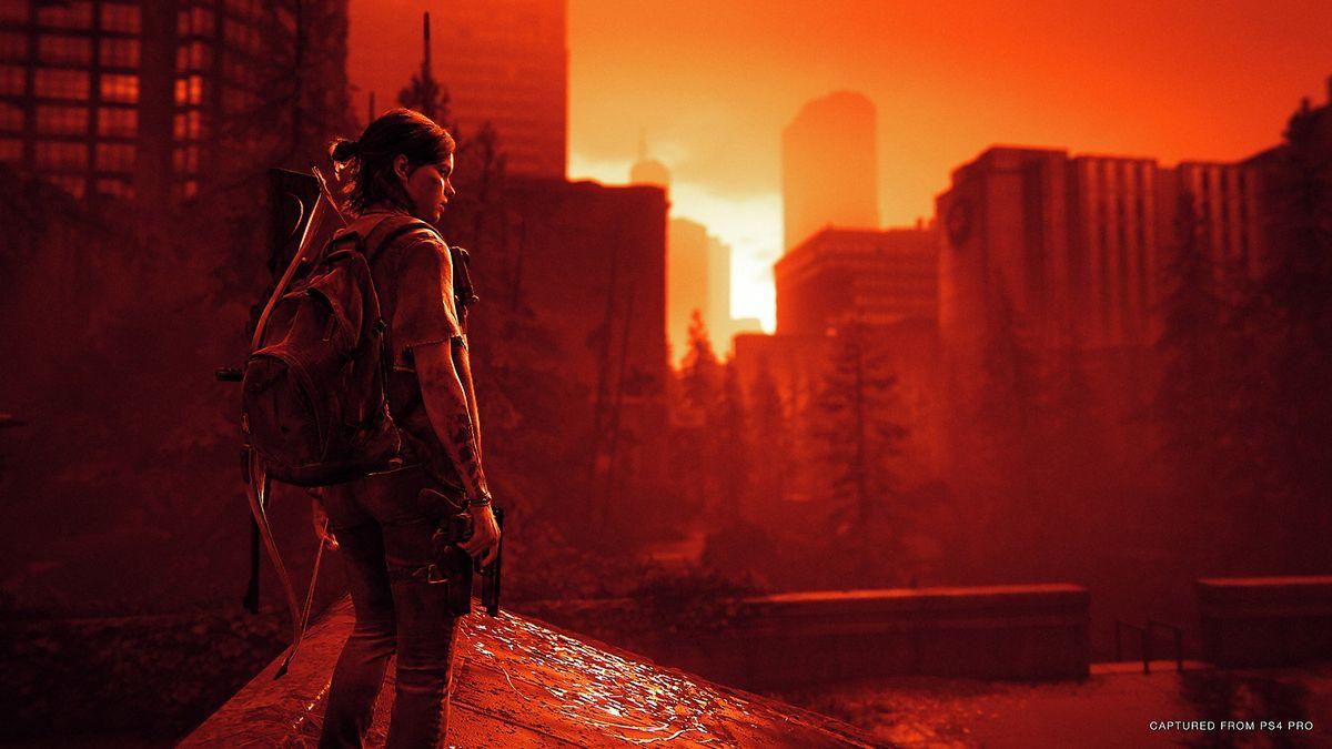 Eine junge Frau mit Rucksack und Pistole steht in einer Großstadtlandschaft, das Licht ist rot gefärbt.