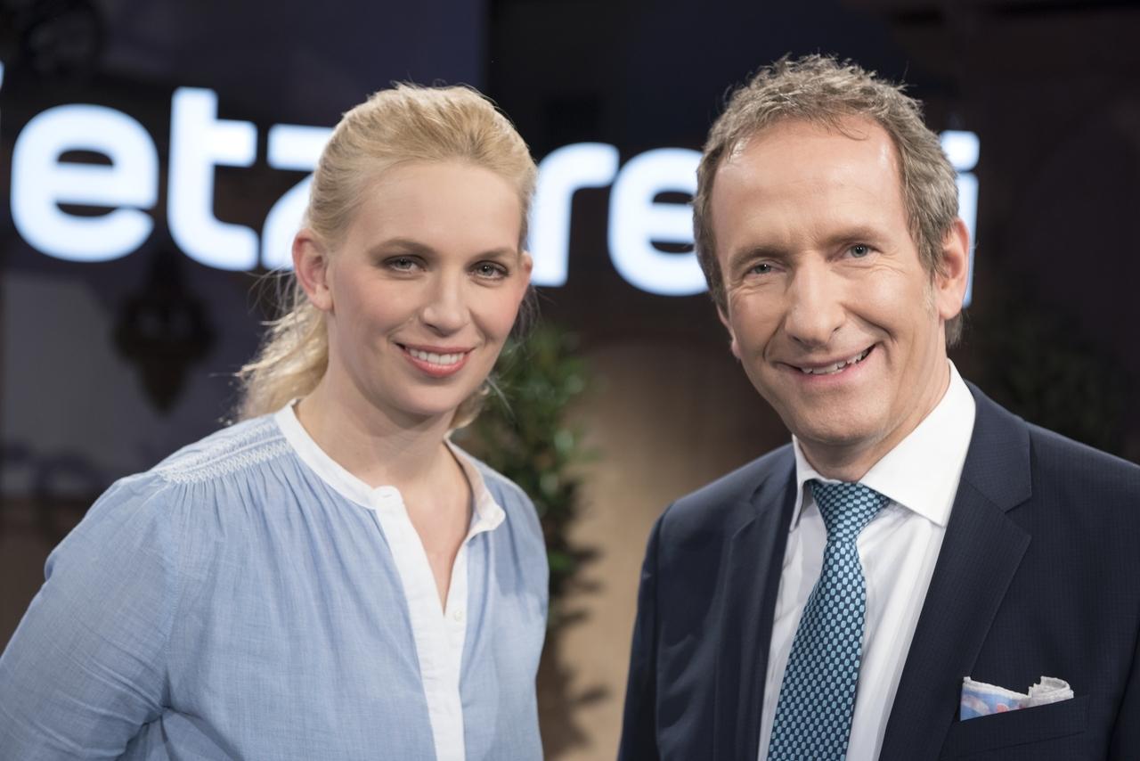 Die Moderatoren Franziska Storz und Tilmann Schöberl.