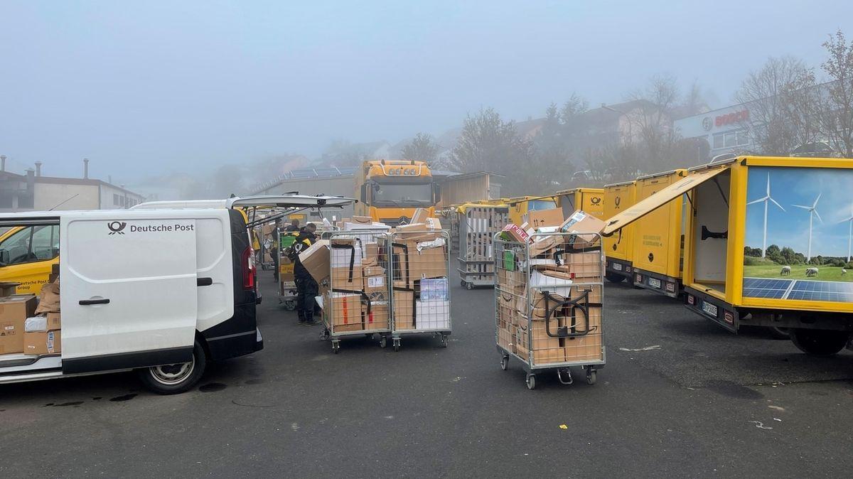 Am zentralen Stützpunkt der Deutschen Post in Zell am Main werden früh am Morgen die Fahrzeuge beladen.