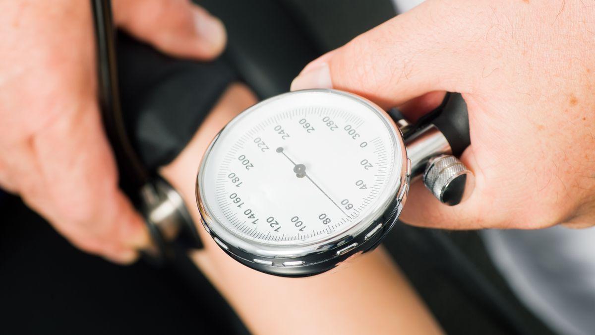 Blutdruck wird gemessen.