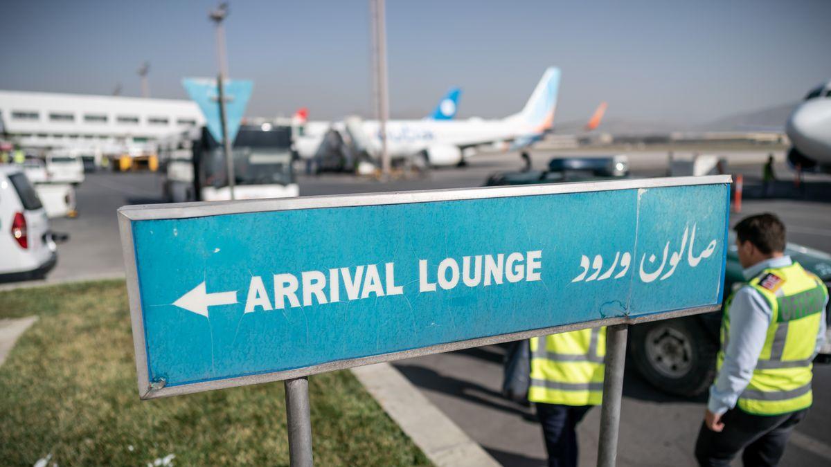 Ein Schild weist auf die Ankunftshalle am Flughafen Kabul.
